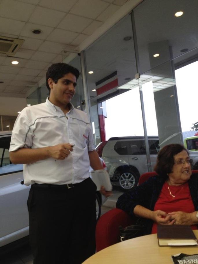 Mi abuelita, doña Oliva Vargas, se compró un Nissan March nuevo. Aquí estamos en el momento de la entrega del carrito.