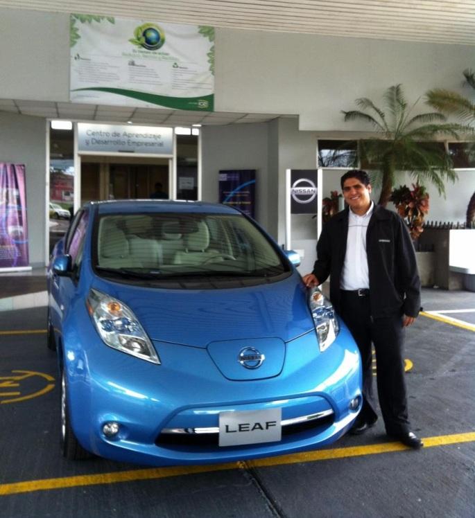 Me tocó también apoyar el proyecto del vehículo eléctrico Nissan LEAF. Así pude aprender un montón de este maravilloso carro que espero esté pronto en las calles de nuestro país. Aquí estaba con Nissan LEAF en el Plantel del ICE en Pavas antes de una charla que teníamos preparada en ese lugar.