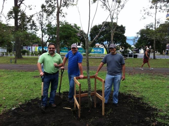 Don Abraham Rodríguez y don José Cruz, fuimos a representar a Nissan en una siembra de árboles organizada por MINAET y la Muni de San José en el mes del ambiente, julio, 2012.