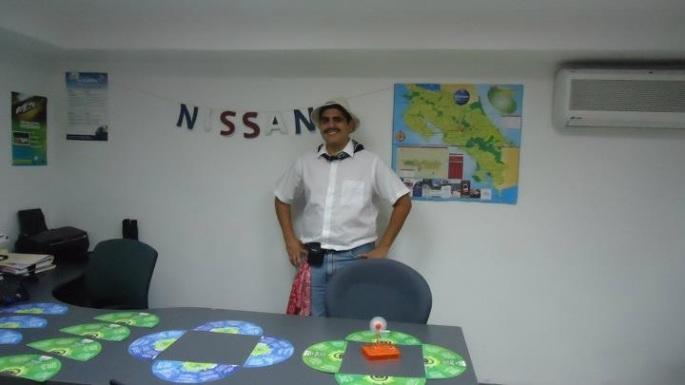 En Agencia Datsun todos los años se acostumbra celebrar a lo grande la independencia de nuestro país. En el 2011 así teníamos decorada la oficina y hasta yo tenía un atuendo para la ocasión.