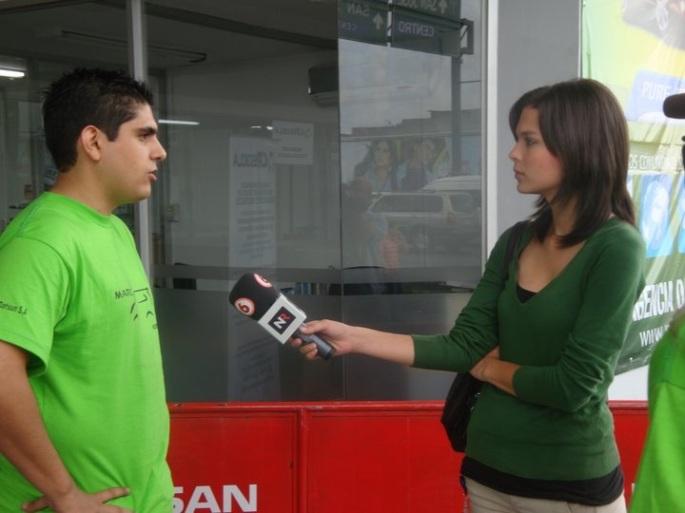 Los medios de comunicación siempre se interesaron por cubrir la campaña CRecicla. Aquí me está entrevistando una periodista de Noticias Repretel.