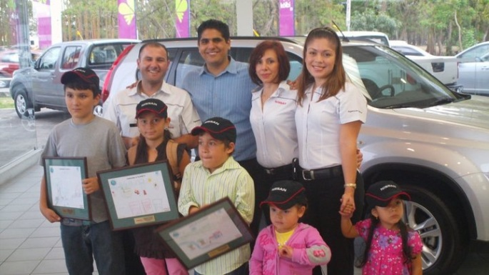 En la Expomovil 2011 se realizó un concurso de dibujo infantil con motivos sostenibles entre los niños que llegaron al stand de Nissan. En la foto estamos con los ganadores del concurso.
