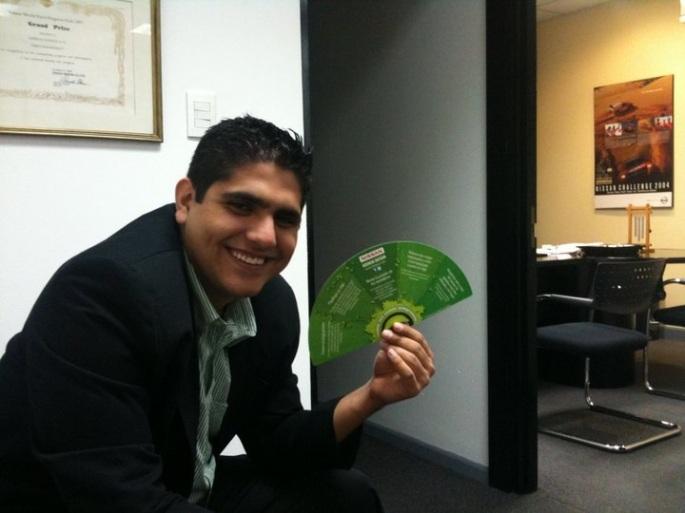 Esperando fuera de la oficina de mi jefe, Alfredo Chavarría, en el primer día que llegué a formalizar mi oferta laboral.