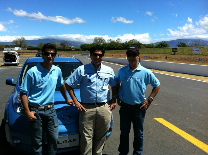 Con los hermanos Valverde en la Guácima junto al Nissan Leaf. Ese día lo sacamos a dar un paseito.