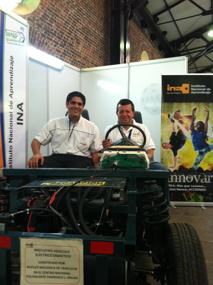 En la Feria tuve el agrado de toparme con el ingeniero Edgardo Álvarez del INA, quien me enseñó su proyecto del vehículo eléctrico donde aparecemos montados. A don Edgardo lo conocí porque llegó a Nissan en nuestra última edición de la campaña CRecicla.